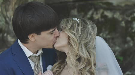 evli : the bride and groom kissing. Young couple passionately hugging Stok Video