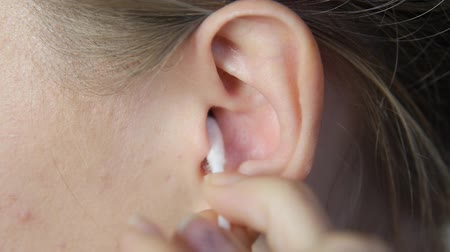 чистый : clean the ear with a stick. The girl to clean the ears of sulfur. Aesthetic body care