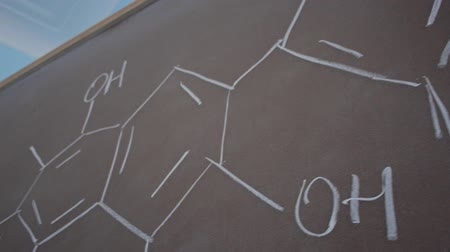 lousa : formula on blackboard with chalk. Writing with chalk on a blackboard at the University. Vídeos