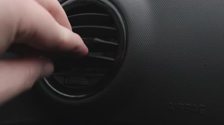 přímý : Hand opening and closing car air conditioning