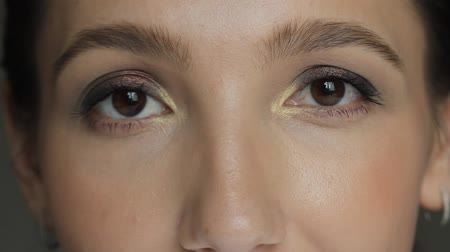 cataracte : Beautiful young woman with brown eyes looking at the camera and blinking Vidéos Libres De Droits