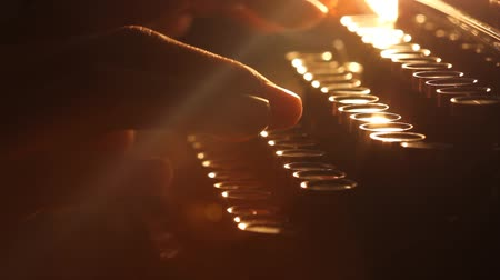 журналистика : Close up shot of man typing on old vintage retro typewriter; backlit news, media or communication concept