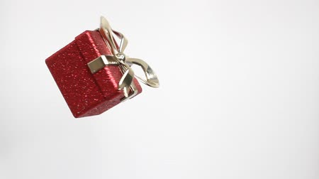 minimalismo : Christmas and New Year red box. Rotating decoration on white background. Merry Christmas and a Happy New Year!