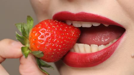 kapatmak : Sexy Woman Eating Strawberry. Close up view of Sensual Red Lips. Stok Video
