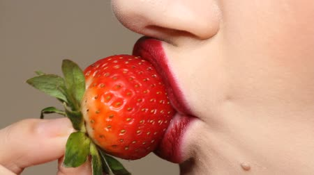 passievrucht : Sexy Woman Eating Strawberry. Close up view of Sensual Red Lips. Stockvideo