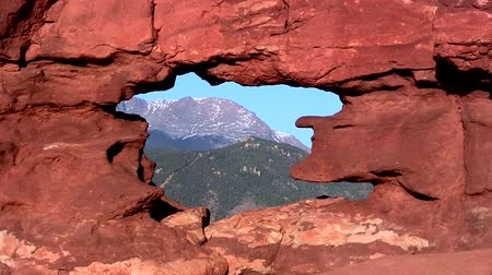 rugók : Pikes Peak mountain through the Siamese Twins rock formation