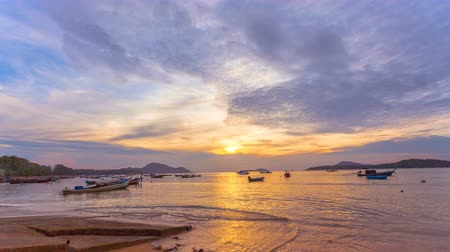 refletir : time lapse sunrise above fishing boats in Rawai sea during high tide