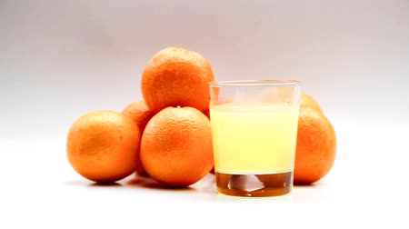 efervescente : Effervescent Vitamin C tablet dissolves in glass of water with oranges as backdrop