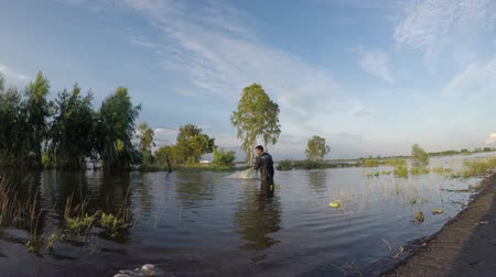 powódź : Fishermen casting for fish in the flood season. Wideo