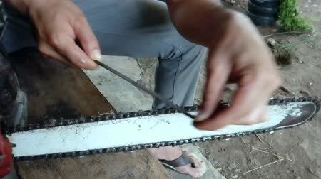 ajustando : The carpenter was sharpening saws cutting wood.