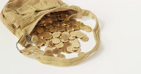 ferrugem : Stack of gold coins overflow from old brown bag on white background time lapse. Stock Footage