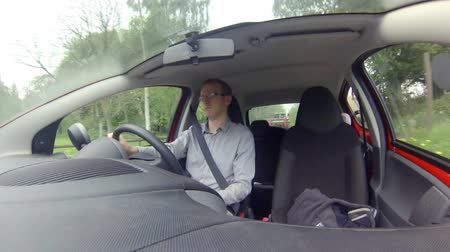 A shot from a GoPro of a man driving a car Vídeos