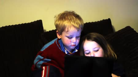 przedszkolak : Two children play on a tablet together at home Wideo