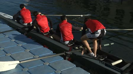veslování : Young rowers going onto their boat for training