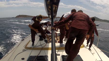 yat yarışı : Crew of sailing boat maneuvering during regatta. Action cam on board attached to the mast