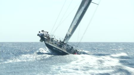 гонка : Sailing boat navigating fast with open sails during regatta