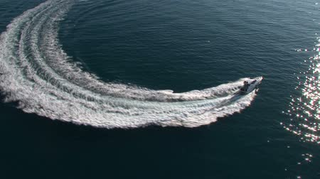 prędkość : Aerial view of luxury boat navigating in the sea at full speed