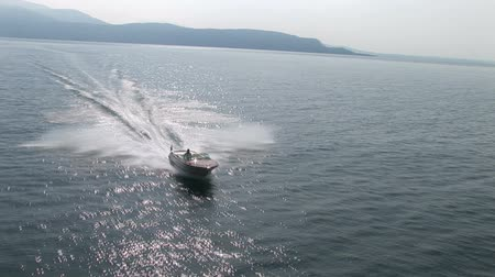 hızlanma : Aerial view of luxury boat navigating in the sea at full speed