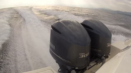 küçük sandal : Powerful outboard engine pushing small modern fishing boat at full speed Stok Video