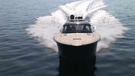 żaglówka : Aerial view of luxury boat navigating at full speed Wideo