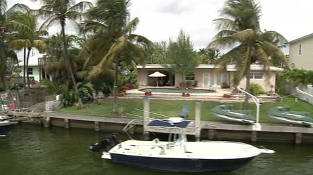 bogaty : Beautiful villas in Miami, seen from a navigating boat