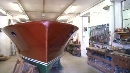 葡萄收获期 : Vintage wooden boat being restored in workshop