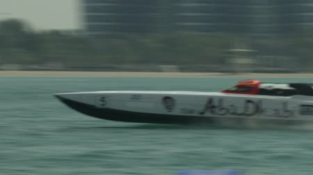 arabština : Class one boat racing at full speed in Abu Dhabi