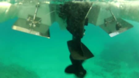 pervane : Underwater shot of propeller of outboard engine starting