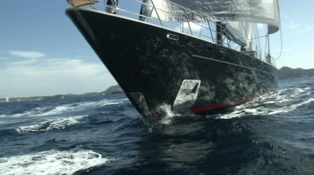 żaglówka : Bow of a luxury sailing yacht navigating during a regatta