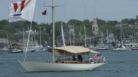 veleiro : Sailing boat navigates bay in Newport, Rhode Island Stock Footage