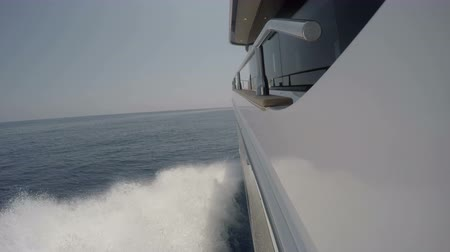mořský : Side view of the wake of a boat navigating at full speed
