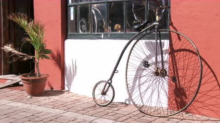 bermudas : Old velocipede standing beside traditional building in the small town of St. George, Bermuda