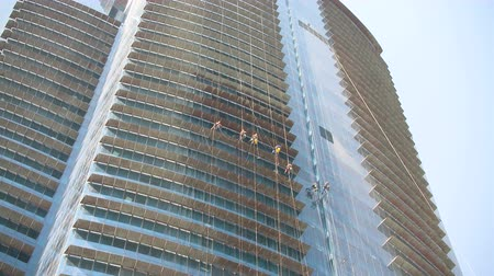 temizleme maddesi : Window cleaners at work on tall skyscraper in Doha, Qatar Stok Video