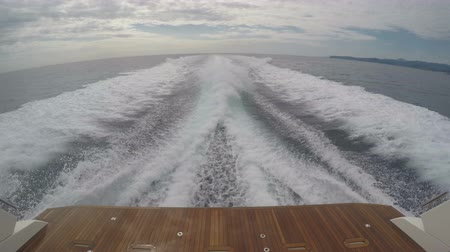 Средиземное море : Wake of a boat navigating fast in the Mediterranean sea close to the coast on a cloudy day