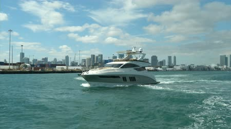 mariner : Fancy luxury boat navigating slowly in Miami