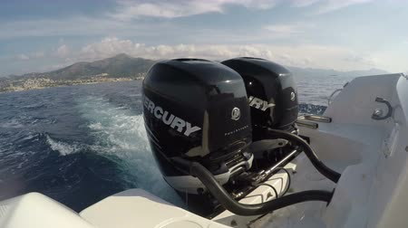 посетитель : Outboard engines on a fishing boat accelerating
