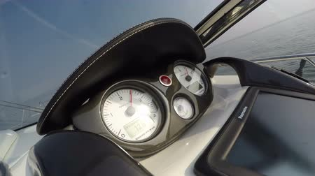 летчик : Detail of the dashboard of a boat going fast, with view of the rev counter