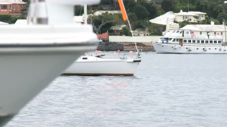 bermudas : Sailing boat navigates in front of the Bermuda yacht club during Americas Cup sailing series Stock Footage