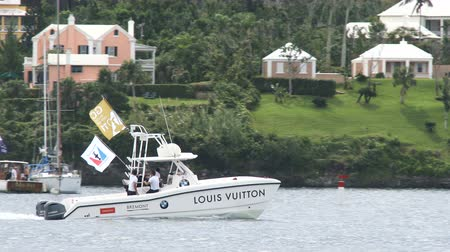 bermudas : Jurys boat navigates in front of the Bermuda yacht club during Americas Cup sailing series Stock Footage