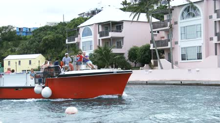 bermudas : Tourist boat navigates in small bay in Bermuda Vídeos