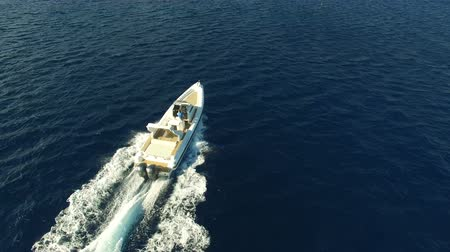 Aerial view of a maxi rib navigating fast Wideo
