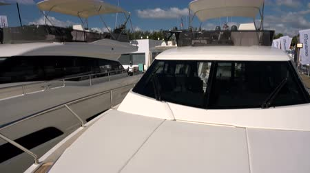 separè : Yacht di lusso attraccati a Miami, in Florida Filmati Stock