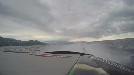vysvětlující : On board view of the wake of a Cigarette Marauder racing boat going at full speed.