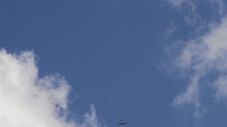 aeroespaço : Airplane Flies Through White Clouds in Blue Sky Directly Above