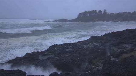 океаны : Slow-motion footage of waves crashing against the rock wall in Depoe Bay, OR.