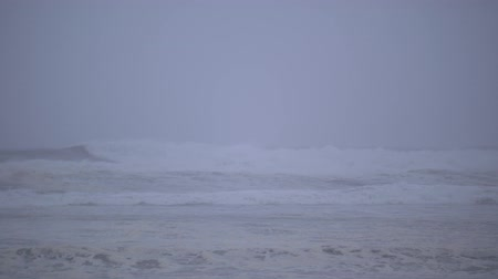 океаны : Slow-motion footage of waves crashing into the Oregon coast on a stormy day in Lincoln City.