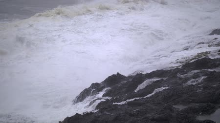 Slow-motion footage of waves breaking against the rock wall in Depoe Bay, in Oregon, on a stormy day. Dostupné videozáznamy