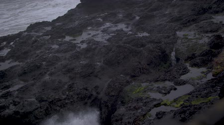 Slow-motion footage of waves crashing against the rock wall at Depoe Bay, OR and shooting up through a crevasse. Dostupné videozáznamy