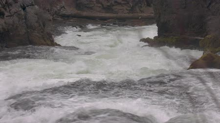északnyugati : Footage taken from the top of Benham Falls.