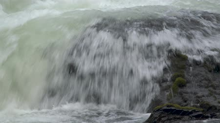 Footage of a rock with water pouring over it in the middle of Benham Falls outside Bend, OR. Dostupné videozáznamy